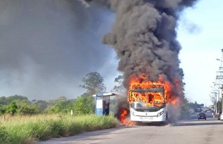 RJ: Ônibus é incendiado durante protesto contra desapropriação de terras em Macaé – Vídeo