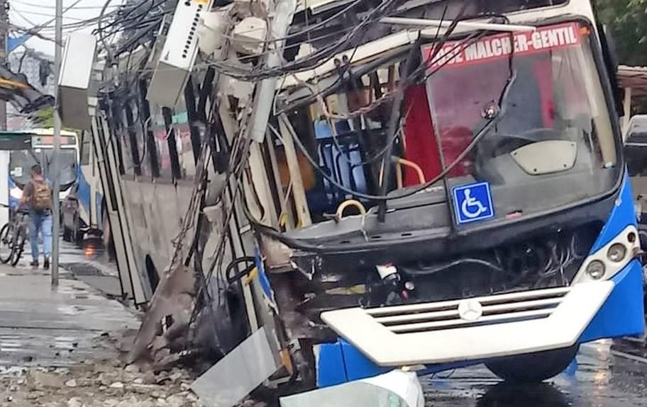 Vídeo: Acidente com ônibus na Avenida Almirante Barroso deixa parte de Belém sem energia elétrica
