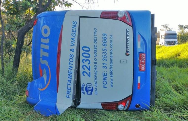 MG: Ônibus rodoviário tomba na BR-354 em Formiga e deixa vários feridos