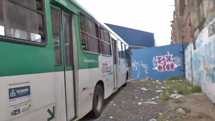 Salvador: Bandido armado  assalta ônibus na Avenida San Martin