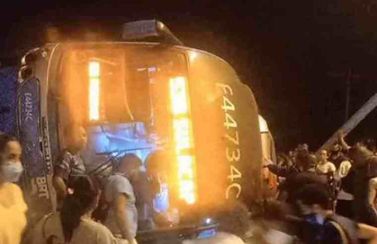 Vídeo: Ônibus do BRT Rio tomba na Zona Oeste nesta noite deixando um morto e dezena de feridos