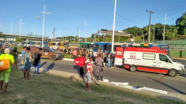 Salvador: Assalto a ônibus termina com três passageiros baleados na Avenida Paralela em Pernambués