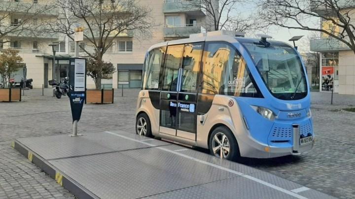 Paris inicia operação com novo micro-ônibus autônomo e elétrico