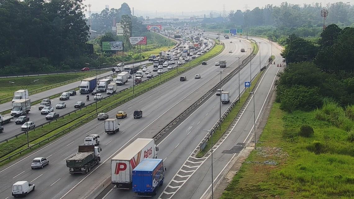 SP: Rodovia Ayrton Senna apresenta tráfego lento na chegada a São Paulo