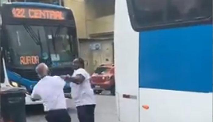 Vídeo: Rodoviários da Transurb brigam no ponto final da linha 422 no Rio de Janeiro