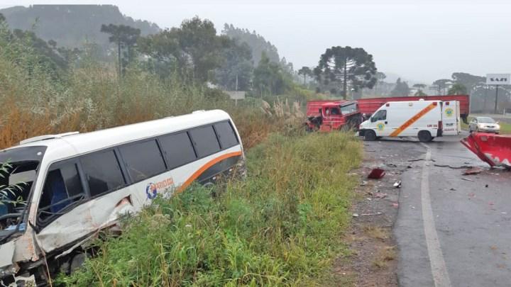 RS: Acidente entre caminhão e micro-ônibus deixa dois feridos na RS-453 em Farroupilha