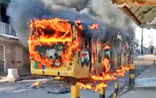 Recife: Ônibus da Vera Cruz pega fogo no bairro do Ibura