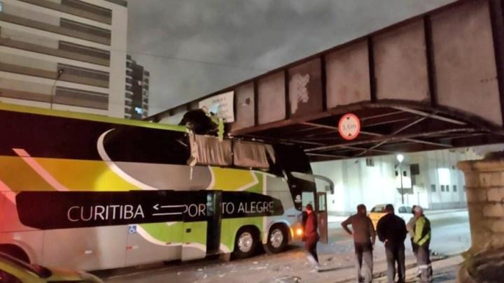 Curitiba: Ônibus da Brasil Sul fica entalado no viaduto da Ponte Preta – Vídeo