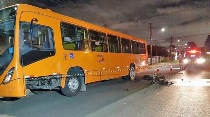 Curitiba: Acidente entre moto e ônibus deixa um morto no Xaxim