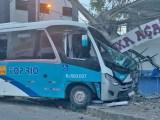 RJ: Acidente entre carro e micro-ônibus da Top Rio deixa dois feridos em Campos