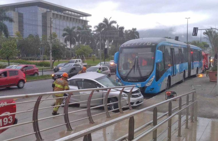 Rio: Acidente entre carro e ônibus do BRT deixa uma pessoa morta em Jacarepaguá