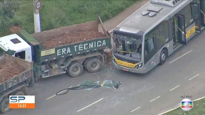 São Paulo: Acidente entre ônibus e caminhão deixa 18 feridos na zona leste – Vídeo