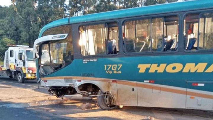 PR: Acidente entre carro e ônibus deixa um morto e um ferido na BR-376, em Ortigueira
