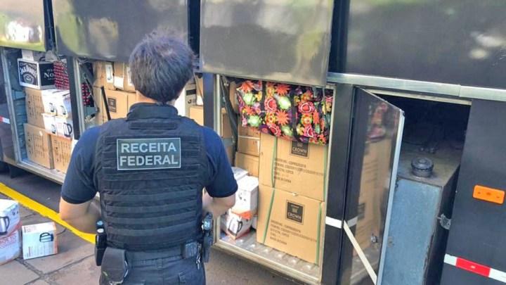 RS: Receita Federal apreende ônibus de turismo com contrabando na BR-290 em Eldorado do Sul