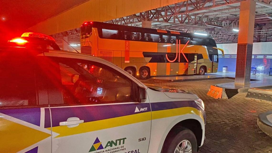 RJ: Fiscalização da ANTT apreende 11 veículos fazendo transporte clandestino na BR-040