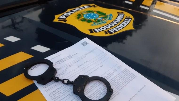 BA: PRF apreende traficante em ônibus durante fiscalização em Feira de Santana