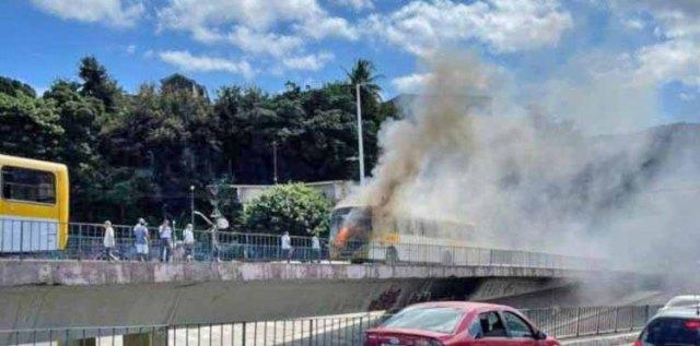 Vídeo: Ônibus pega fogo na região do no Aquidabã, em Salvador - revistadoonibus