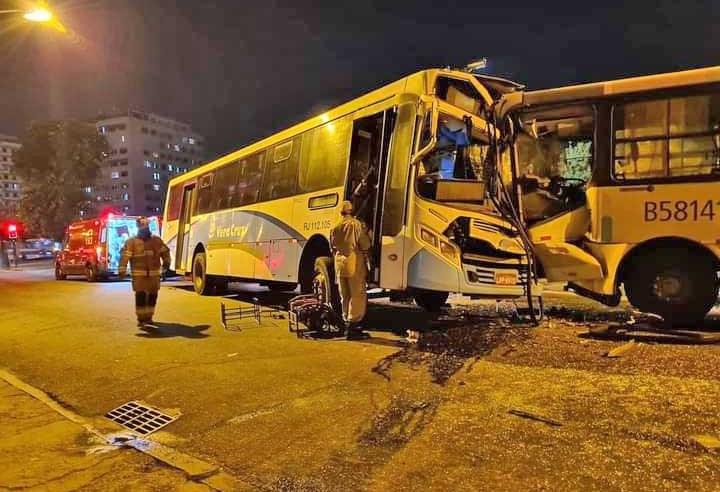 Vídeo: Dois ônibus batem de frente em Olaria na Zona Norte do Rio e deixam 9 feridos