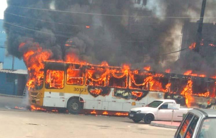 Vídeo: Dois ônibus foram incendiados nesta tarde em Salvador