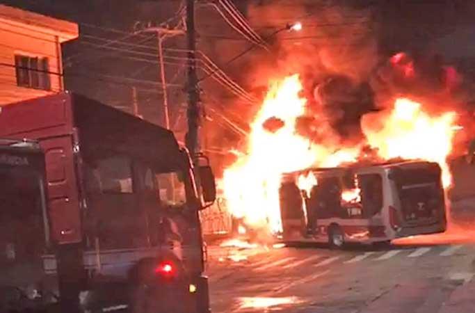 Vídeo: Ônibus acaba incendiado e outro danificado na Zona Sul de São Paulo