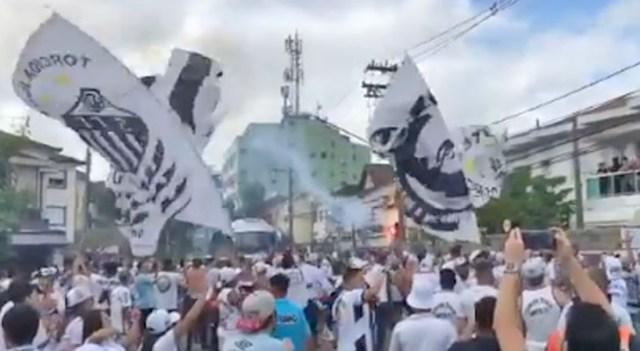 Vídeo: Torcida aglomera na porta da Vila Belmiro para ver ônibus com a delegação do Santos - revistadoonibus
