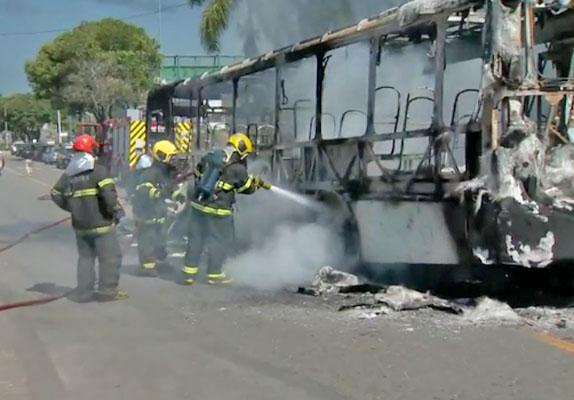 ES: Bandidos incendiam ônibus do Sistema Transcol nesta tarde na Serra