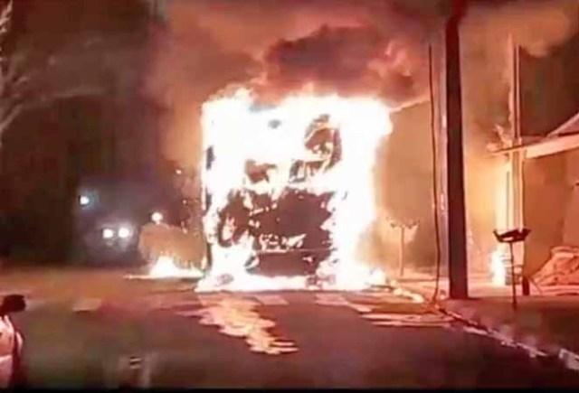 SP: Ônibus acaba destruído durante incêndio em Tietê - revistadoonibus