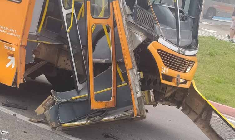 SP: Ônibus da Viação Joseense é atingido por caminhão em São José dos Campos