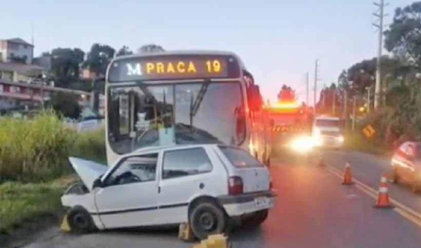 PR: Acidente entre carro e ônibus deixa um morto em Almirante Tamandaré