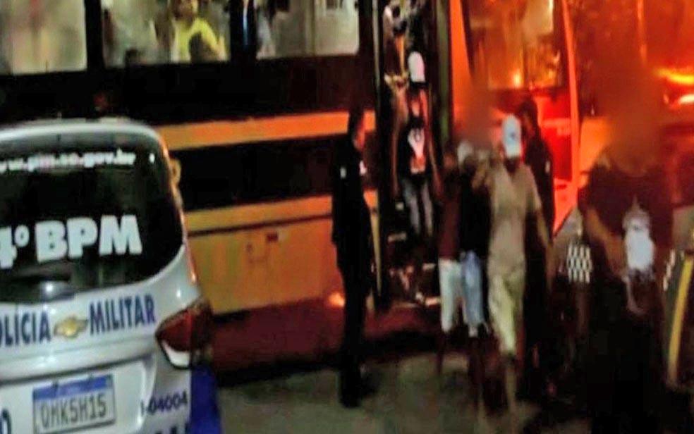SE: PM usa ônibus para retira mais de 100 pessoas de uma festa clandestina em Canindé do São Francisco