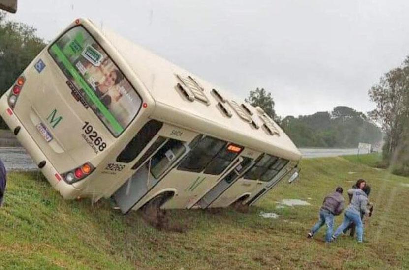 PR: Ônibus da Araucária Transportes sai da pista na Rodovia do Xisto – BR-476