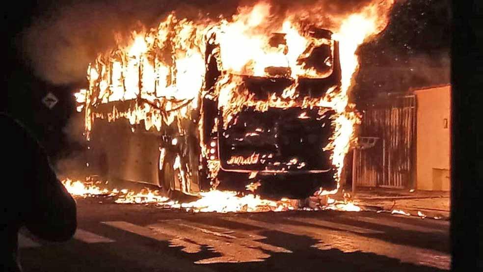 SP: Ônibus acaba destruído durante incêndio em Tietê