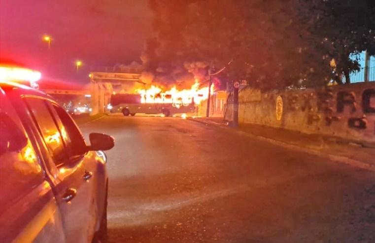 Vídeo: Dois ônibus são incendiados na Avenida Brasil em Guadalupe na Zona Norte do Rio