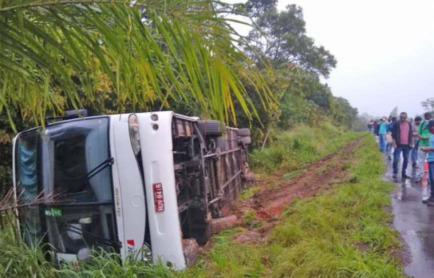 BA: Ônibus rodoviário tomba na BA-093 e deixa duas pessoas feridas em Pojuca