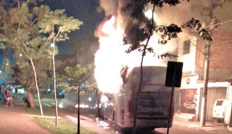 SP: Ônibus da Viação Cometa é incendiado durante protesto em Santo André