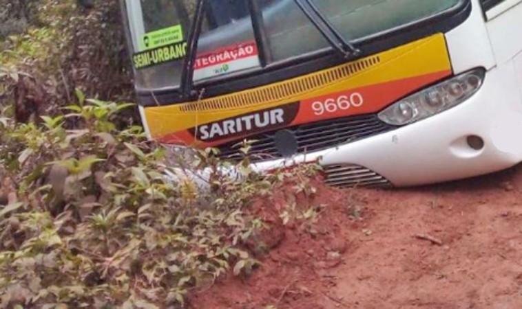 MG: Ônibus da Saritur derrapa e sai da pista na Serra dos Cocais