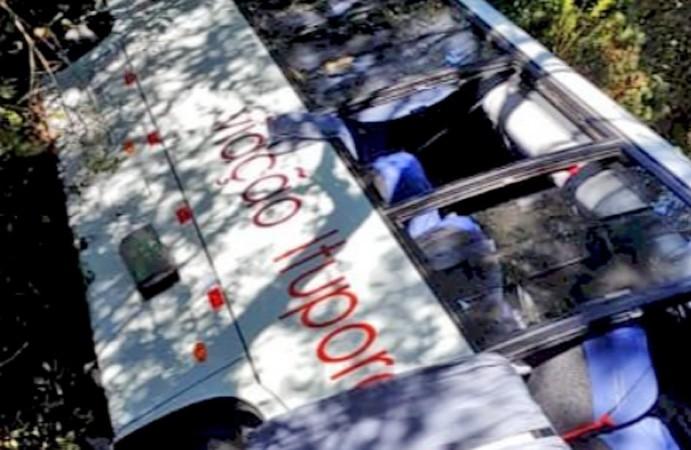 SC: Micro-ônibus cai em ribanceira na Serra de Urubici deixando dois feridos