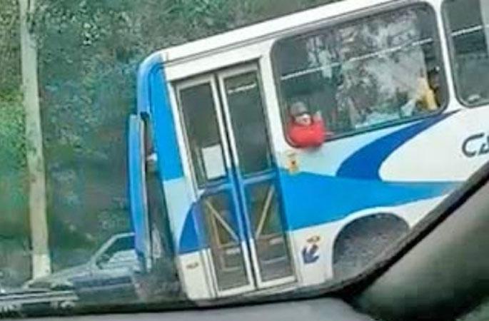 RJ: Micro-Ônibus da Viação Cascatinha circula com a traseira solta em Petrópolis