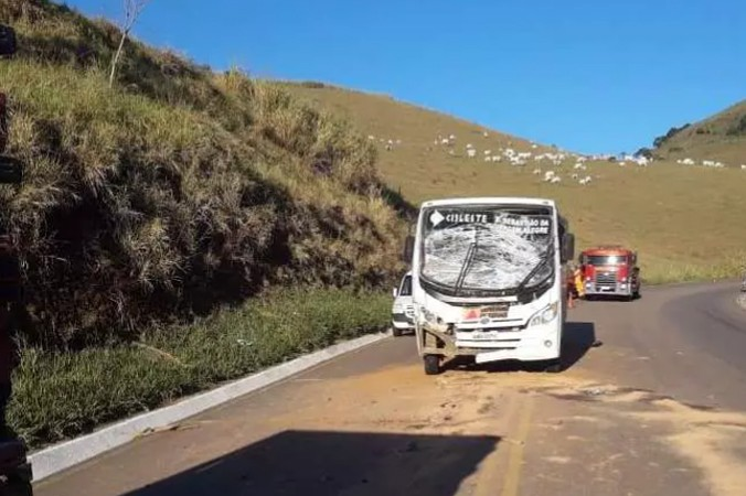 MG: Acidente entre caminhão e micro-ônibus deixa onze feridos na BR-356 em Muriaé