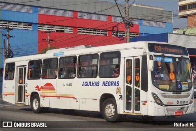 RJ: Polícia prende bandido após tentar assaltar passageira de ônibus na BR-393, em Volta Redonda - revistadoonibus