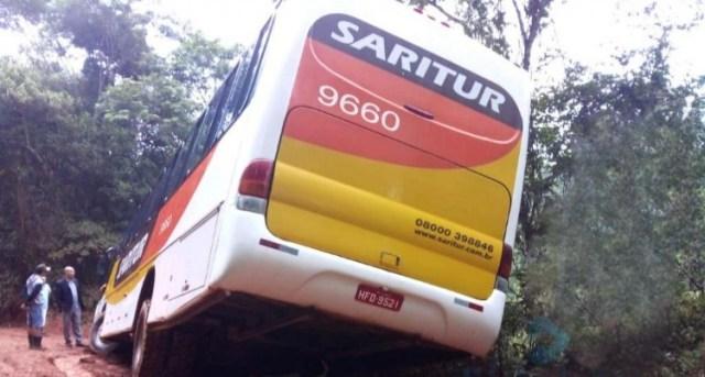 MG: Ônibus da Saritur derrapa e sai da pista na Serra dos Cocais - revistadoonibus