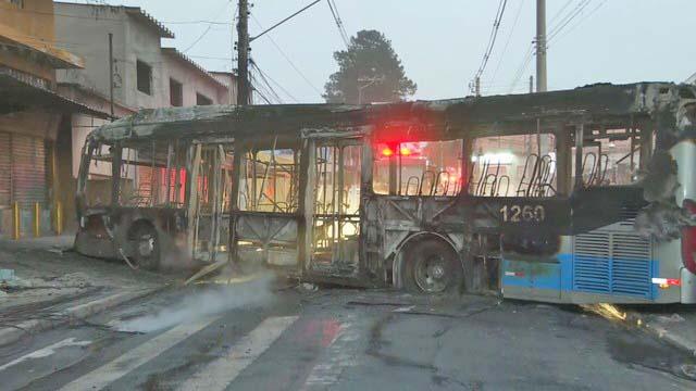 São Paulo: Bandidos mandam incendiar ônibus na região do Grajaú