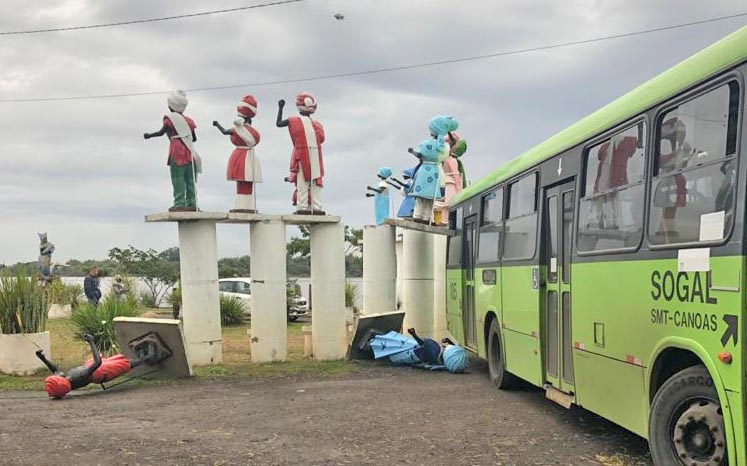 Pelotas: Ônibus da Sogal bate e danifica imagens do Santuário na Praia do Paquetá