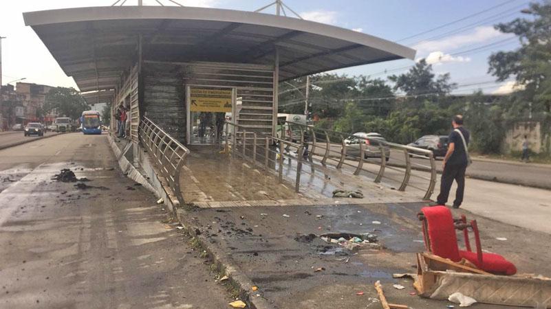 Rio: Incêndio atinge estrutura da estação Vila Sapê, no corredor Transcarioca