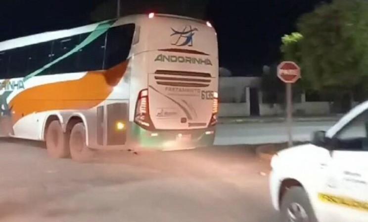 MS: Polícia termina com festa clandestina em Corumbá e precisa de ônibus para encaminhar todos para a delegacia