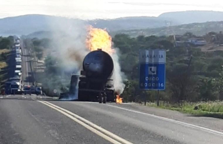 Vídeo: Caminhão que transportava álcool pega fogo e fecha a BR-116 em Brejões/BA