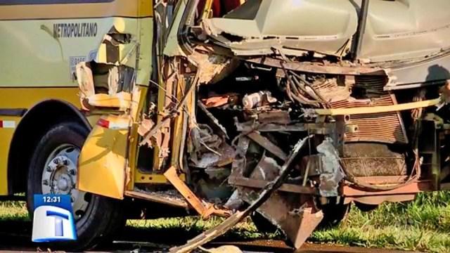 PR: Acidente entre ônibus e caminhão deixa dois feridos na BR-277 - revistadoonibus