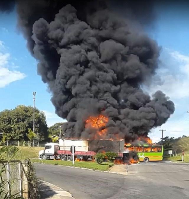 RJ: Motorista do ônibus que pegou fogo no acidente em Bom Jesus do Itabapoana segue em estado grave - revistadoonibus