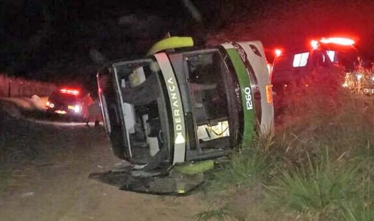 TO: Ônibus da Liderança Turismo tomba na TO-070 em Aliança do Tocantins
