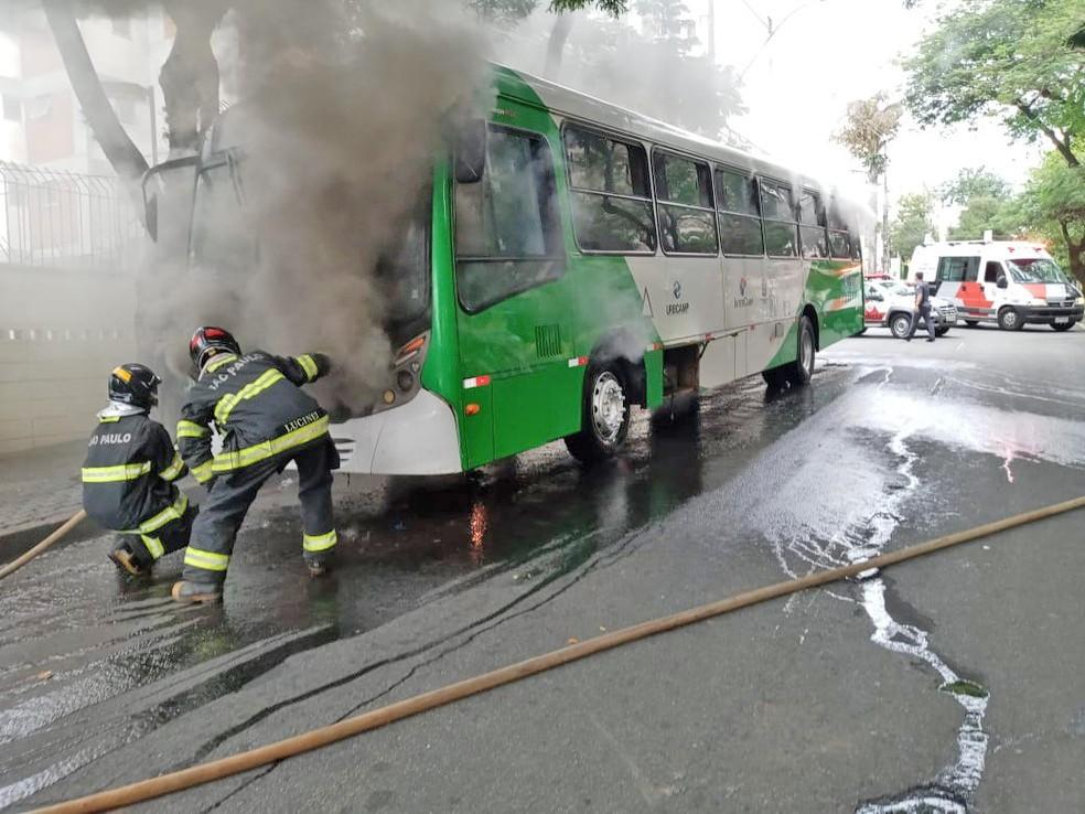 SP: Ônibus da VB Transportes pega fogo em Campinas e chama a atenção de moradores